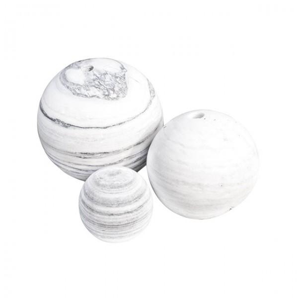 Abbildung zeigt Bälle in verschiedenen Durchmessern mit und ohne Bohrung.