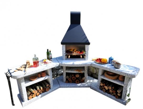 Abgebildetes Grillset mit Halterung und Grillbesteck, Kaminholz und Dekoration nicht im Lieferumfang enthalten.